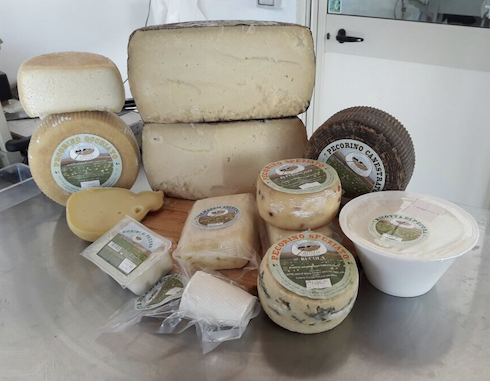 I molteplici prodotti lattiero caseari dell'azienda agricola