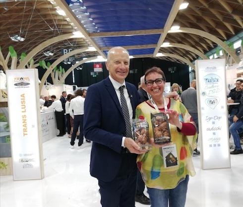 Katiuscia Rosati, sales manager dell'azienda, con Giuseppe Pan,assessore all'Agricoltura della Regione Veneto durante Macfrut 2019