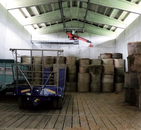 Uno dei capannoni del nuovo fienile, in grado di stoccare 16mila quintali di foraggi aziendali