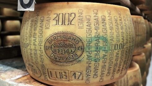 Il latte biologico prodotto in stalla viene interamente trasformato in azienda in forme di Parmigiano Reggiano
