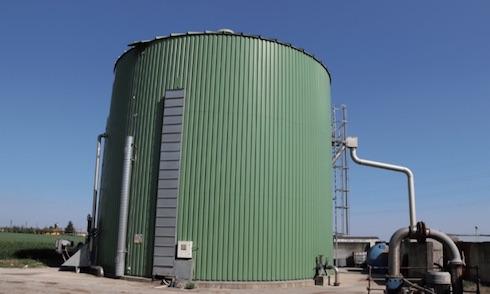 L'impianto di biogas viene alimentato con i reflui della stalla e con un po' di pollina proveniente dai vicini allevamenti avicoli