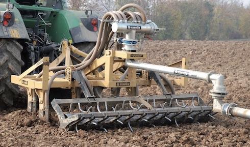 Tramite l'impianto sotterraneo e l'irrigatore Casella, il ripper viene alimentato in continuo