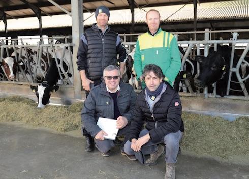 Spirito di squadra: in piedi, da sinistra Roberto e Massimo Mezzadri. In ginocchio Flavio Spelta, specialista vacche da latte Sivam e l'agente Paolo Pincolini