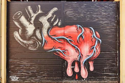 'Cuore', il murales di Bue 25-30 dipinto sul portone di accesso alla stalla