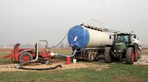 Nel caso in cui i terreni siano lontani dalle vasche di stoccaggio, si può alimentare un serbatoio mobile con dei carro botte. La pompa liquami preleva dal serbatoio ed immette nella linea interrata o nell'irrigatore per alimentare il ripper in continuo