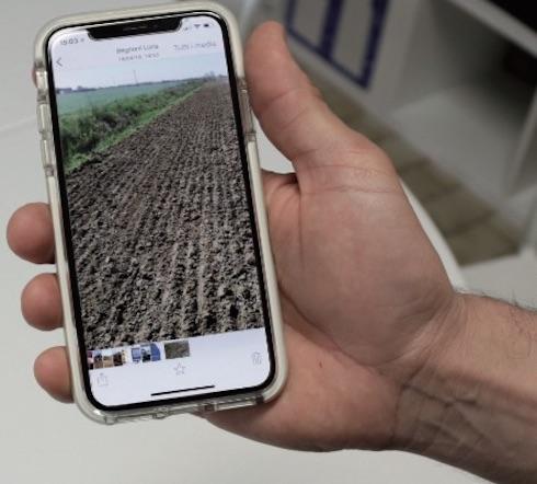 Attraverso lo smartphone Mirko viene costantemente aggiornato sull'avanzamento dei lavori in campagna. In azienda viene praticata, con ottimi risultati, la minima lavorazione del terreno