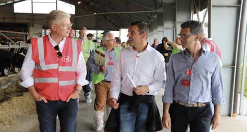 Da sinistra: il presidente del Gruppo Lely, Alexander Van der Lely, con Cesare Cimarosti del Lely center di Mantova e con Manuel Lugli dell'azienda Lugli di Porto Mantovano