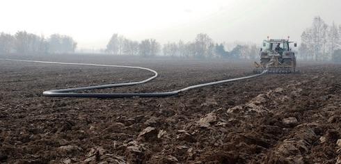 Il tubo in polietilene segue senza schiacciarsi il percorso del trattore che si muove nel campo