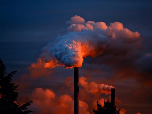 Ciminiera di una fabbrica che emette fumo nell'atmosfera