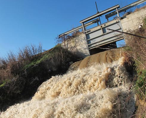 Spesso l'acqua piovana che non viene trattenuta dai campi defluisce spontaneamente, talvolta in modo irruente, giungendo infine ai grandi fiumi e poi al mare. Un ritorno spontaneo al grande ciclo globale dell'acqua (Foto: Donatello Sandroni)
