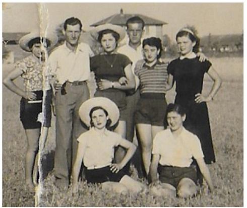 Luigina Sbaraini, seduta con il cappello bianco, in una foto ricordo dei primi anni '50