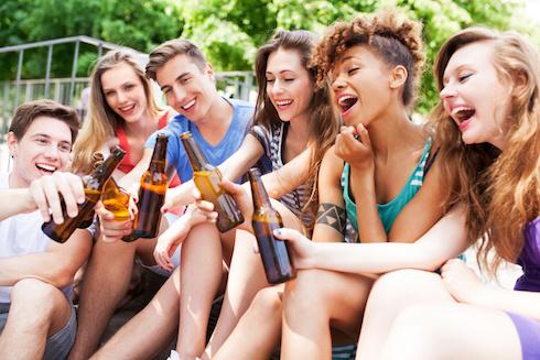 gente che beve birra