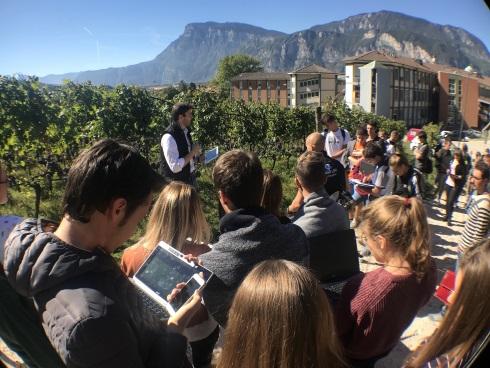 Fondazione Mach, studenti in campo con tablet nel vigneto