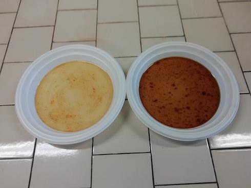 Due campioni di glicerina, grezza (colore più scuro) e parzialmente raffinata (più chiara), utilizzati dall'industria mangimistica con l'etichettatura 'glicerolo zootecnico', puro dall'86 al 95%