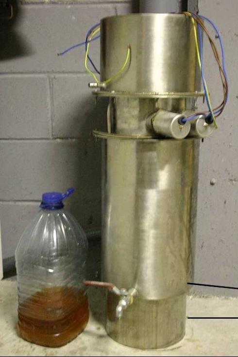 Reattore prototipo costruito dall'autore per la produzione di Fame, e la glicerina grezza risultante da una prova