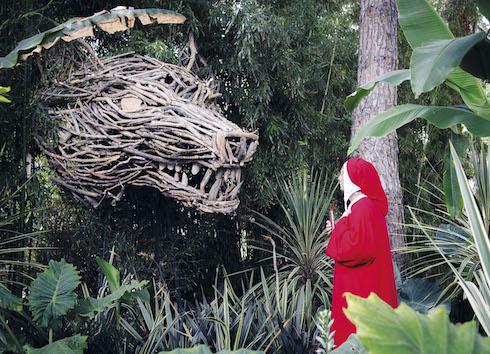 La lupa emerge in mezzo alla selva