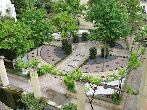 Nel Giardino della Minerva ci sono quattro vialetti ortogonali