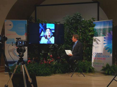 Un momento del convegno: il moderatore Roberto Diolaiti intervista Irene Priolo assessore all'ambiente Regione Emilia Romagna. Fonte Archivio Comune di Cervia