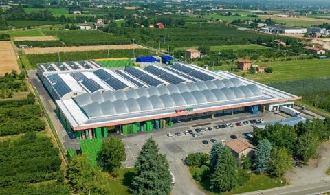 Apofruit Italia, panoramica dello stabilimento per la lavorazione delle ciliegie a Vignola