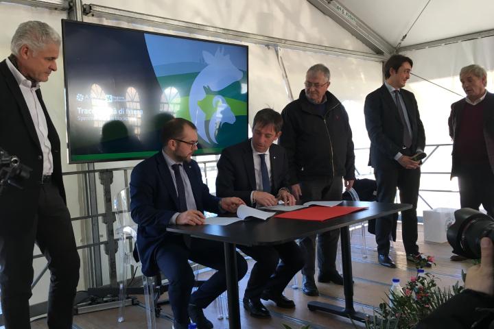Gli assessori Fabio Rolfi e Fabrizio Sala firmano il protocollo d'intesa insieme ai rappresentanti di filiera