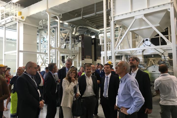 Un momento della visita ai nuovi impianti nello stabilimento Pioneer di Sissa (Parma)
