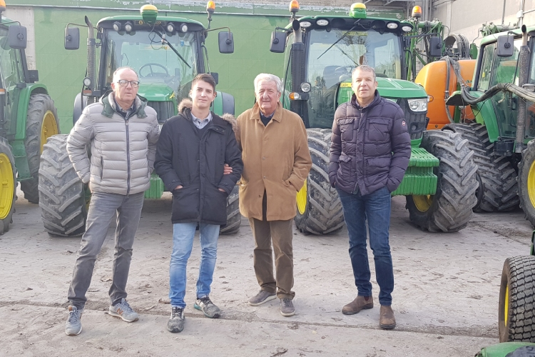 Il successo dell'azienda Porto Felloni è frutto di un lavoro di squadra. Cristiano Salvagnin (a sinistra) si occupa dell'importanteparte amministrativa. Il nipote Simone è da poco in azienda e ha un brevetto di pilota di droni. Il padreLuciano ha fondato l'azienda nel 1975, mentre Massimo (a destra) si occupa della parte agronomica