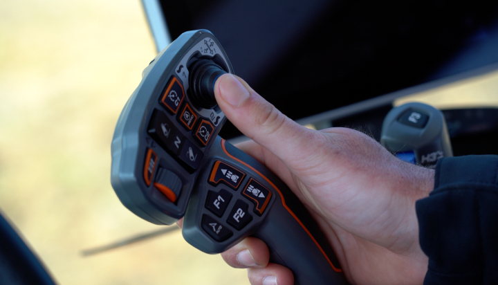 Il MultiPad di Massey Ferguson permette di gestire tutte le funzioni del trattore con un dito