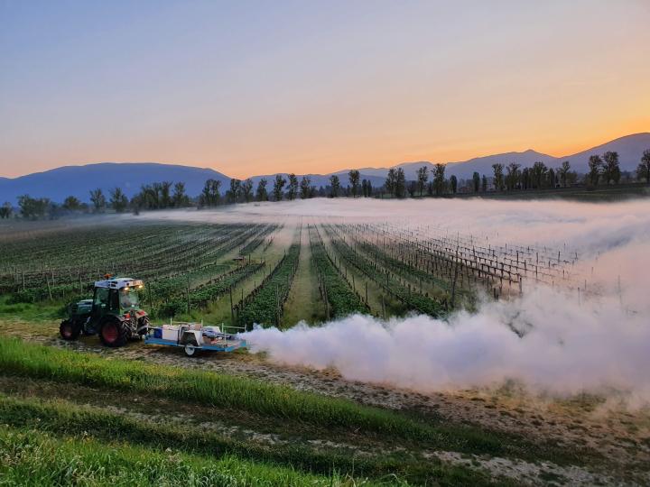 La macchina per la produzione di nebbia artificiale in azione