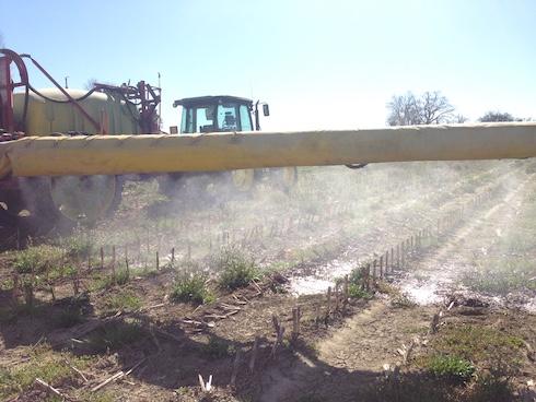 Macchina agricola che sparge agrofarmaci