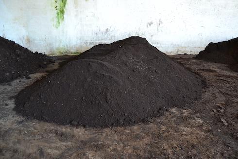 Il vermicompost raccolto subirà una fase di asciugatura: viene rivoltato ogni settimana per un paio di mesi per permettere la perdita di umidità.