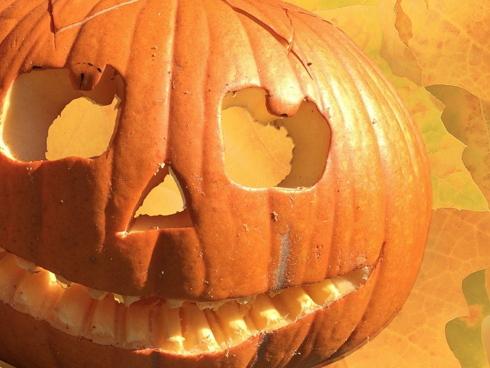 Zucca intagliata con faccia mostruosa per la festa di Halloween