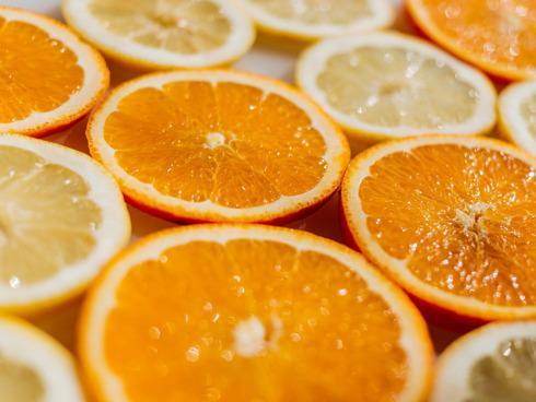 Fette di limone e arancio su un tavolo