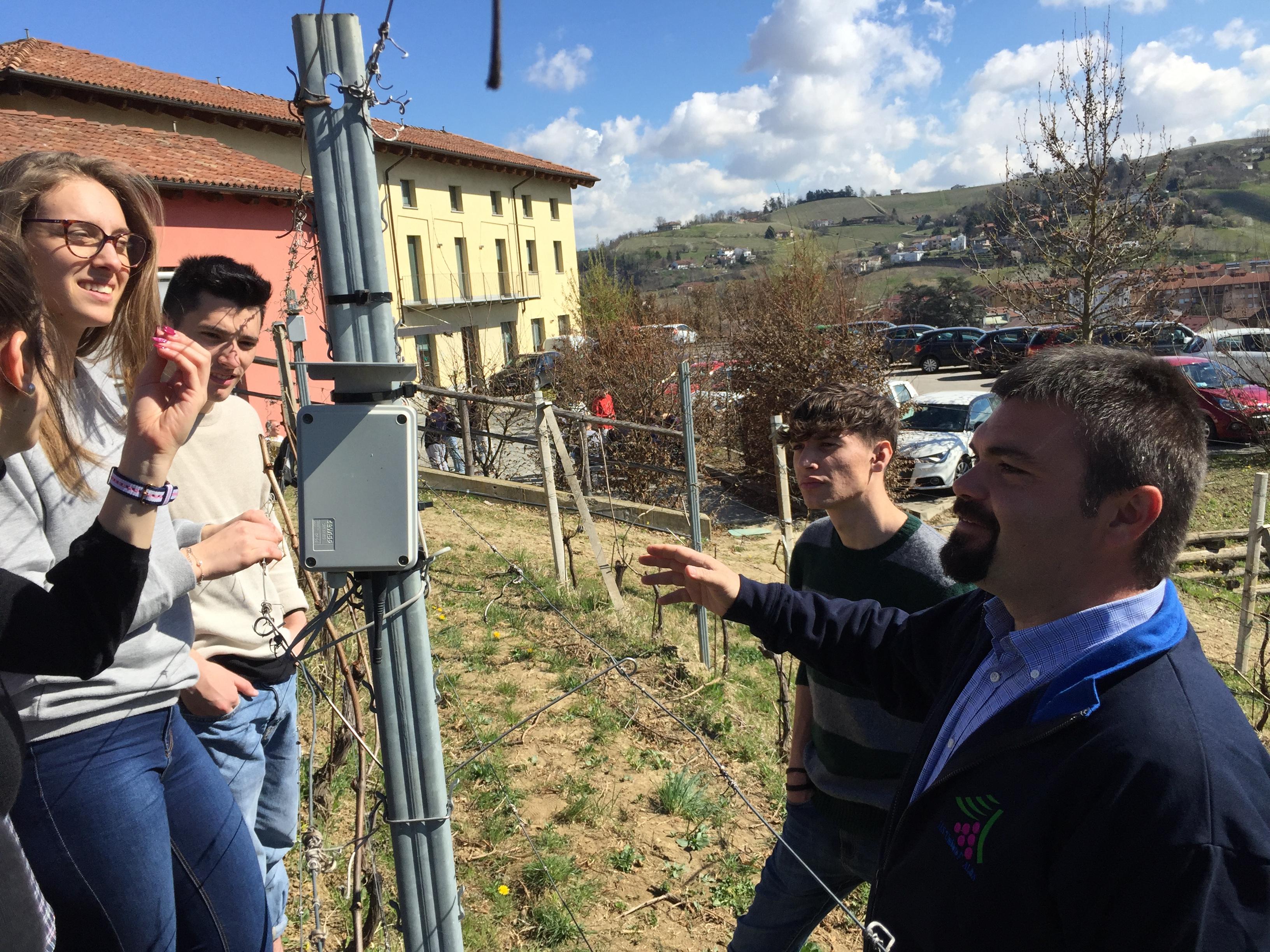 Didattica laboratoriale pratica in vigneto presso Scuola Enologica di Alba dove viene usato anche QdC - Quaderno di Campagna