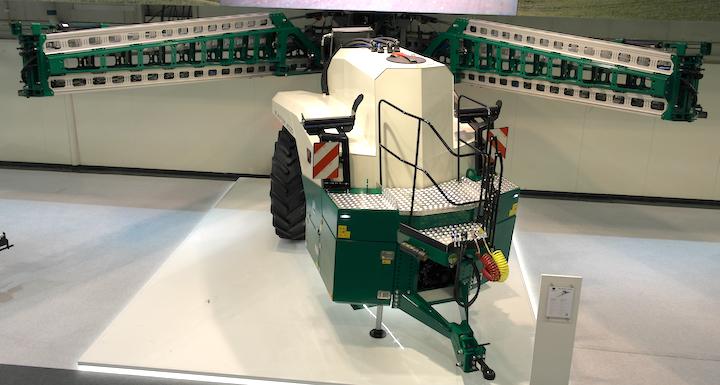 concept di sprayer trainato Blaster esposto nella versione da 4000 litri