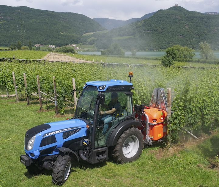 Landini Rex 4-110 V impegnato in un trattamento tra i vigneti dell'Alto Adige