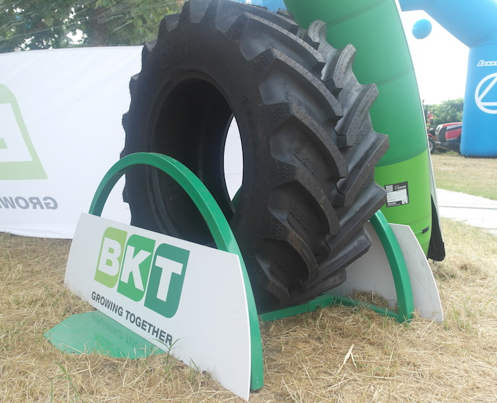 Pneumatico Agrimax RT 657 in mostra allo stand BKT a Enovitis in campo 2018