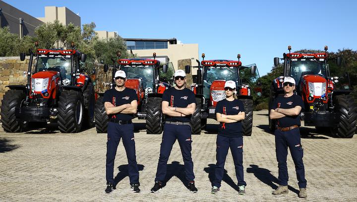 Alcuni dei carabinieri alla guida dei trattori McCormick X8 e X7