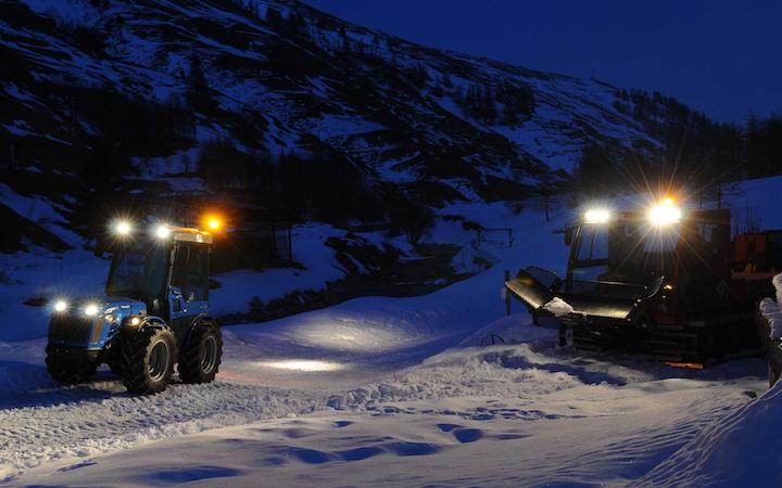 Trattori BCS al lavoro sulla neve di notte