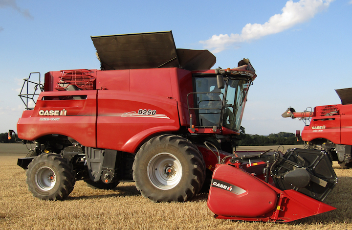 Case IH Axial Flow 8250 in campo