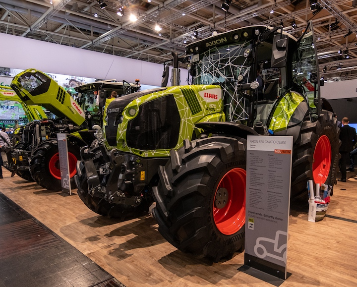 Claas Axion 870 e, in secondo piano, Arion 660 ad Agritechnica 2019