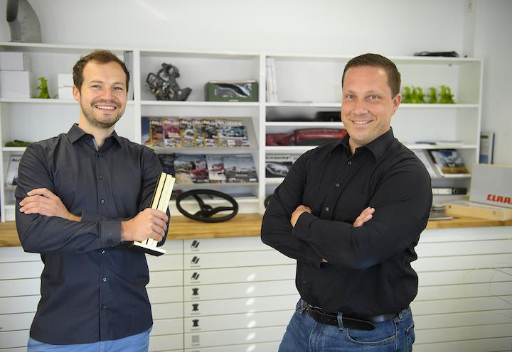 Da sinistra: Thomas Wagner e Alain Blind con li premio iF Design Award per la mietitrebbia Lexion