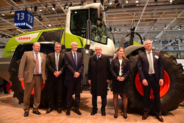 Da sinistra Volker Claas, Joachim Strobel, Jan Liebherr, Reinhold Claas, Cathrina Claas-Mühlhäuser e Bernd Ludewig davanti al nuovo Torion 1914 ad Agritechnica