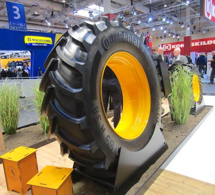 Pneumatico Tractor 85 R38 esposto presso lo stand di Continental