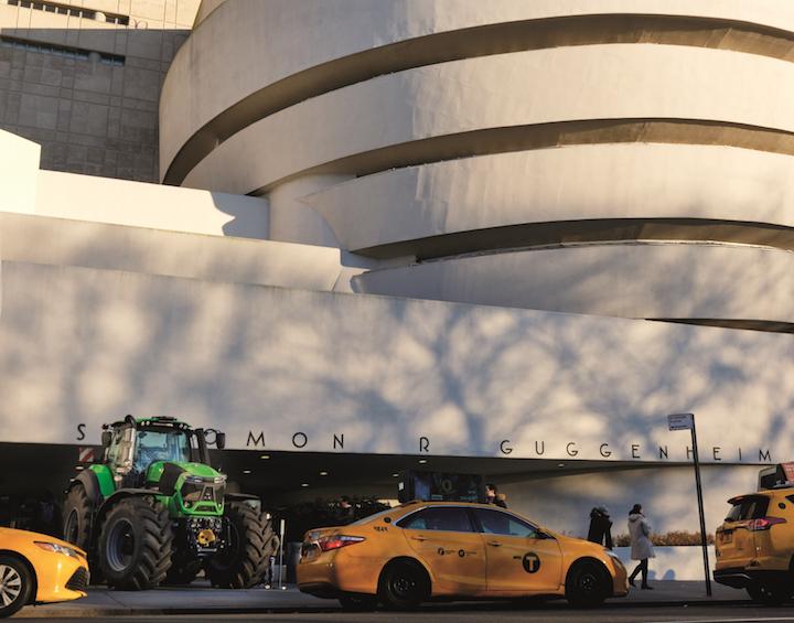 Trattore verde Deutz-Fahr tra gli yellow cab di New York