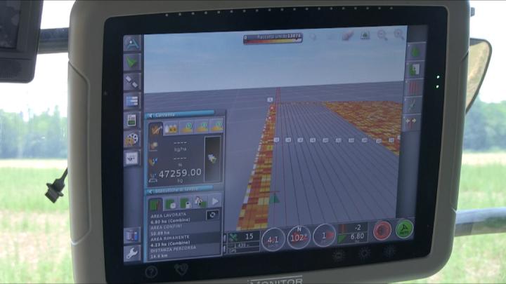 In cabina sono disponibili due monitor touch-screen, uno dei quali dedicato al precision farming