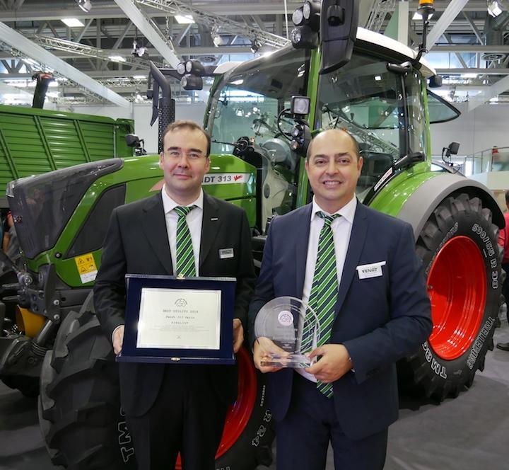 Michele Masotti, responsabile commerciale trattori Fendt Italia, e Marco Mazzaferri, direttore Fendt Italia, premiati alTractor of the Year 2019 per il 313 Vario