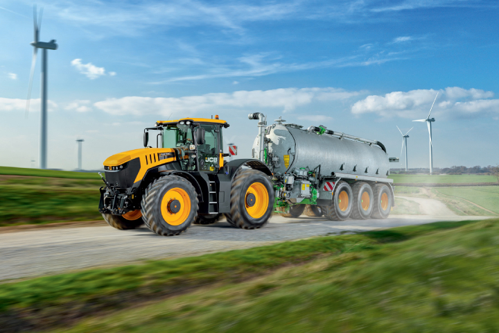 I trattori Fastrac 8290 e 8330 sono alimentati da un motore a sei cilindri da 8,4 litri