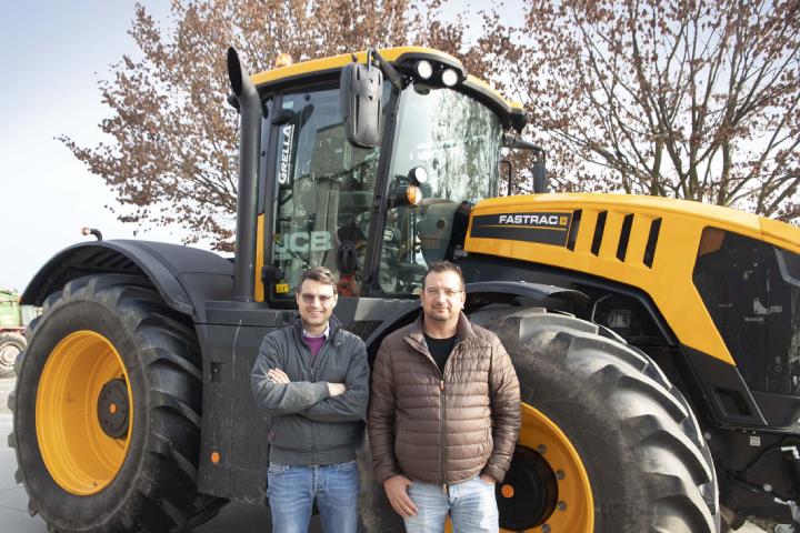 Claudio Minetto (a destra) e Luca Grella (a sinistra) davanti al JCB Fastrac 8330
