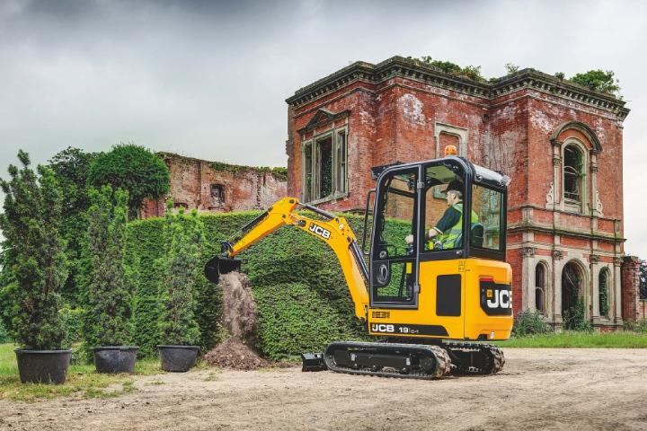 I mini escavatori JCB sono ideali per la cura del verde