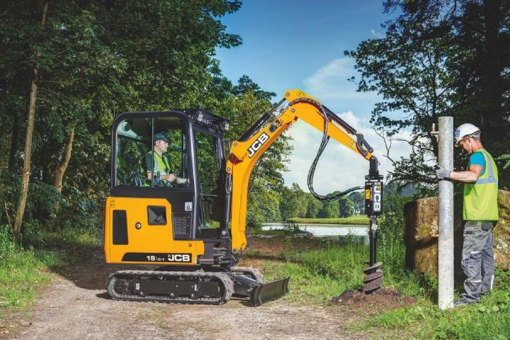 I mini-escavatori JCB possono essere usati per la posa di tubazioni o la realizzazione di recinti